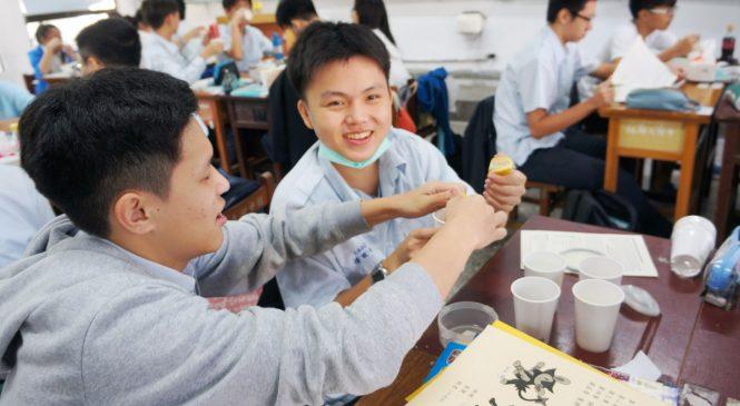 用英文做實驗 一次學會句型、單字和化學知識