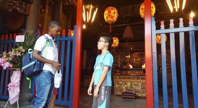 小學生練習說英語  帶外國人遊淡水