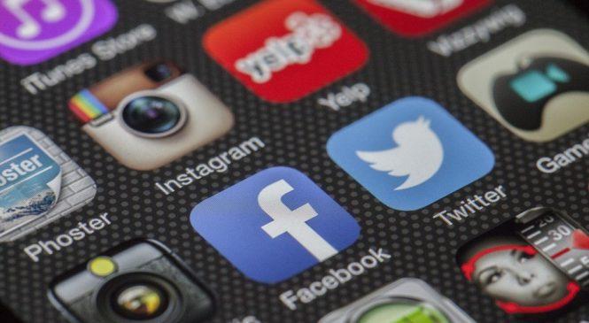 總是滑手機上FB!「網民」、「網友」的英文怎麼說?