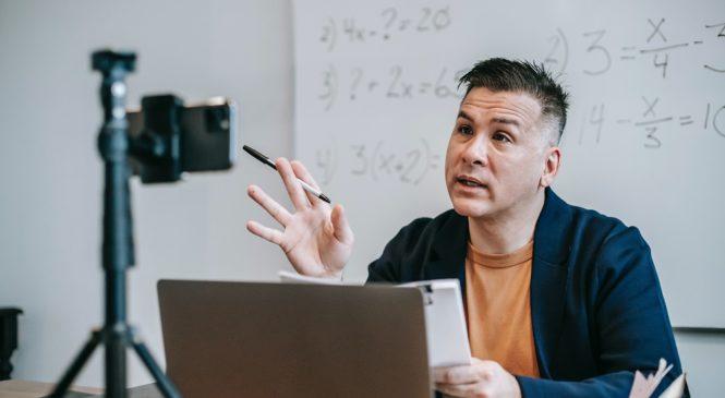 甜豆老師線上教學日記》線上教學師生崩潰?老師身兼直播主 化身教育界「二刀流」!